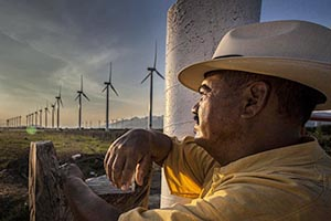 Worker at the Bií-Hioxo wind farm (Mexico)